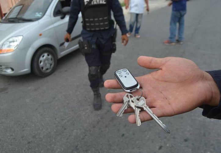 El sujeto detenido intentó llevarse el automóvil usando una llave maestra. (Redacción/SIPSE)