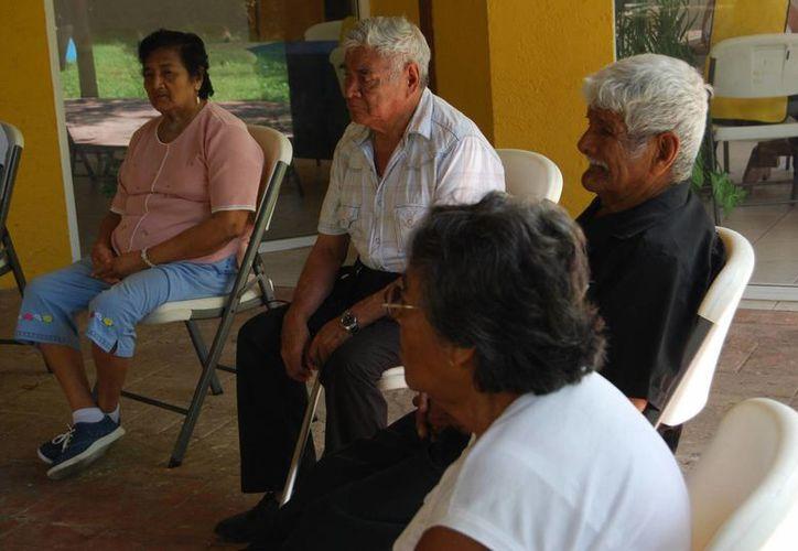 El IEDF y el Copred garantizarán que el actual proceso electoral esté libre de discriminación, así como el acceso al voto a personas de la tercera edad y con alguna discapacidad. Imagen de un grupo de ancianos. (Foto de contexto. Archivo/SIPSE)