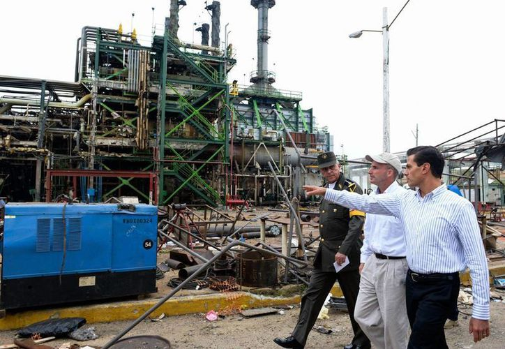 El presidente Enrique Peña Nieto visitó ayer a trabajadores que resultaron lesionados a causa de la explosión en una planta petroquímica en Coatzacoalcos, Veracruz. (Notimex)