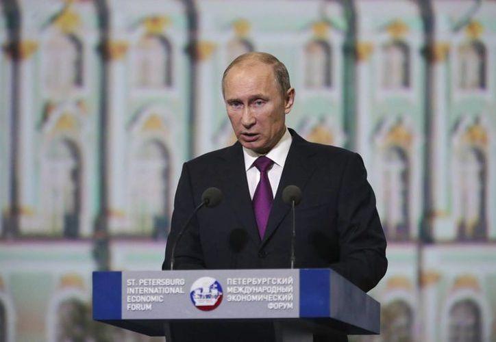 Putin asegura que pronto promulgará la prohibición de adopción a parejas gay. (EFE)