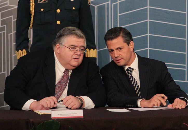 El gobernador del Banco de México, Agustín Carstens, el presidente Enrique Peña Nieto, durante la conferencia internacional por los 20 años de autonomía del Banco de México. (Notimex)