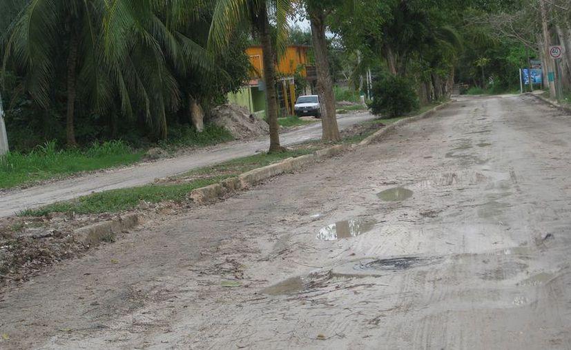 Una tramo de la avenida Costera se rehabilitó, pero la mayor parte de los cinco kilómetros que la conforman, luce en pésimas condiciones. (Javier Ortiz/SIPSE)