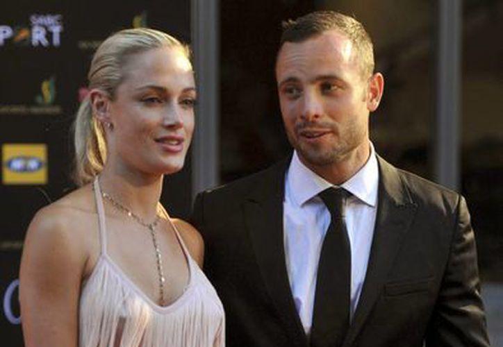 Pistorius y Reeva durante una ceremonia de premiación en Johannesburgo, en noviembre de 2012. (Agencias)