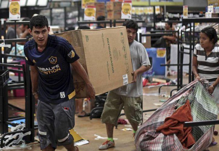 Tan solo en Edomex fueron saqueadas 170 tiendas en actos violentos. (AP/Felix Marquez)