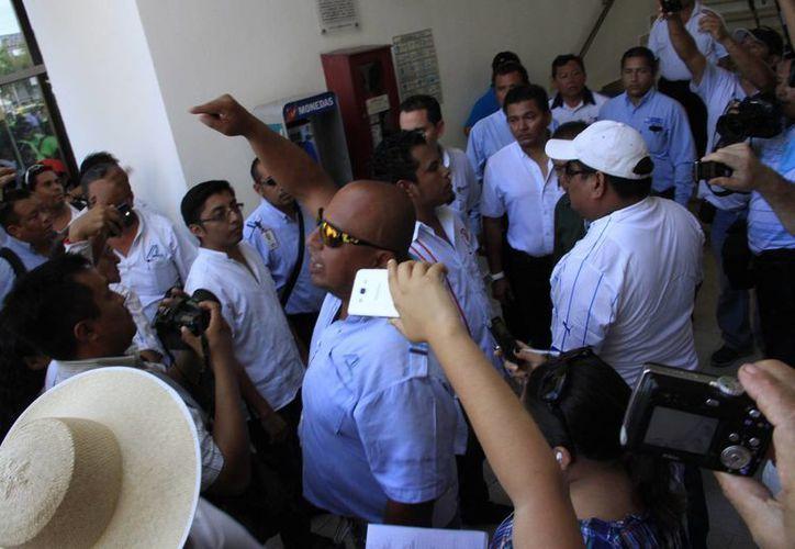 Más de 200 operadores de la empresa de transporte acudieron a las oficinas de la Junta. (Tomás Álvarez/SIPSE)