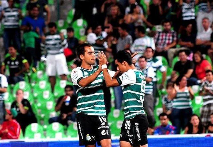 Jesús Escoboza (der.), autor del 2-0, es felicitado por Adrián Aldrete. (Mexsport)