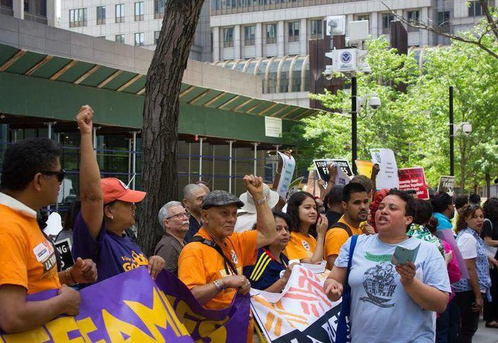 Entre 200 y 300 personas se concentraron, el pasado sábado 28 de junio de 2014, frente a la oficina federal de inmigración en Nueva York para pedir al Congreso estadounidense progresos en la reforma migratoria. (EFE)