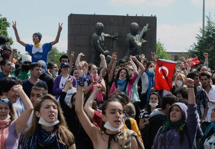 Las protestas contra el dirigente islámico han aumentado en todo el país, especialmente en Estambul. (Agencias)