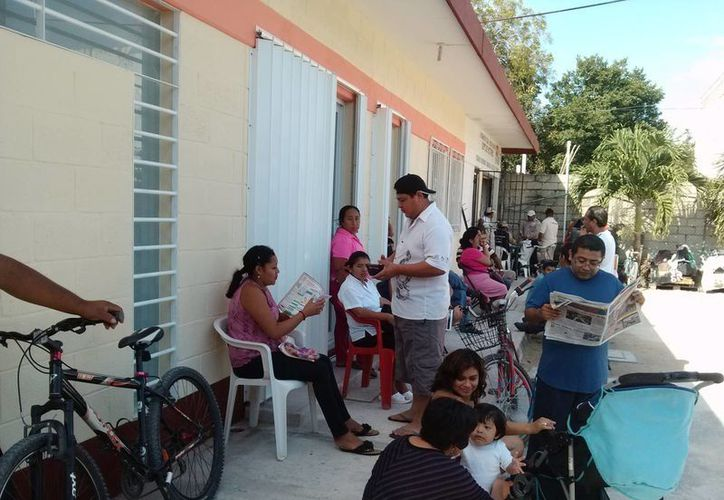 Algunas personas hicieron la fila ayer desde las cinco de la mañana en las oficinas de la Canaco, para tramitar su credencial del IFE.  (Rossy López/SIPSE)