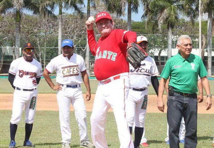 Nerio Torres Ortiz al hacer el lanzamiento inaugural de la Liga <i>Naxón</i> Zapata. (Milenio Novedades)