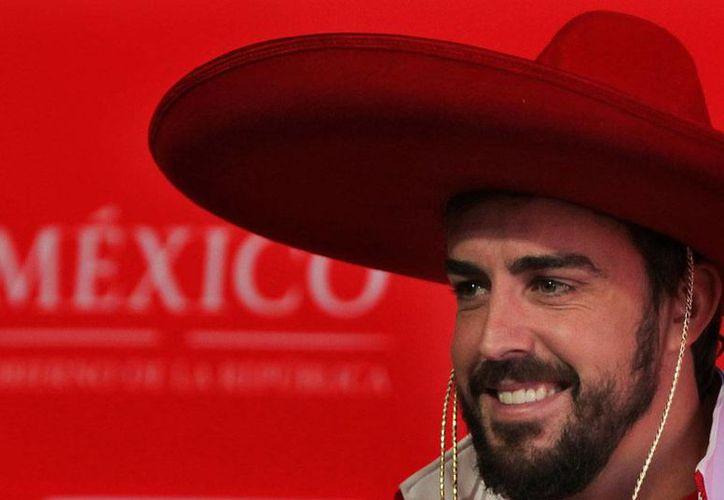 El piloto Fernando Alonso, tras recorrer el autódromo Hermanos Rodríguez, declaró que aunque ya definió su futuro en la Fórmula 1, 'no es momento de revelarlo'. La imagen es de la conferencia de prensa del corredor. (AP)