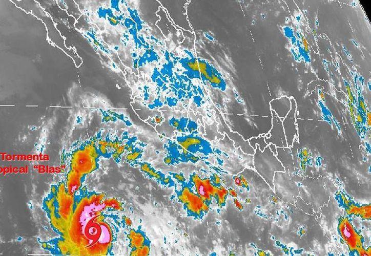 En su reporte más reciente, la tormenta Blas se ubica a mil 045 kolómetros al suroeste de Manzanillo, Colima, con un desplazamiento oeste-noroeste a 20 kilómetros por hora, vientos sostenidos de 95 kilómetros y rachas de hasta 110. (smn.cna.gob.mx)
