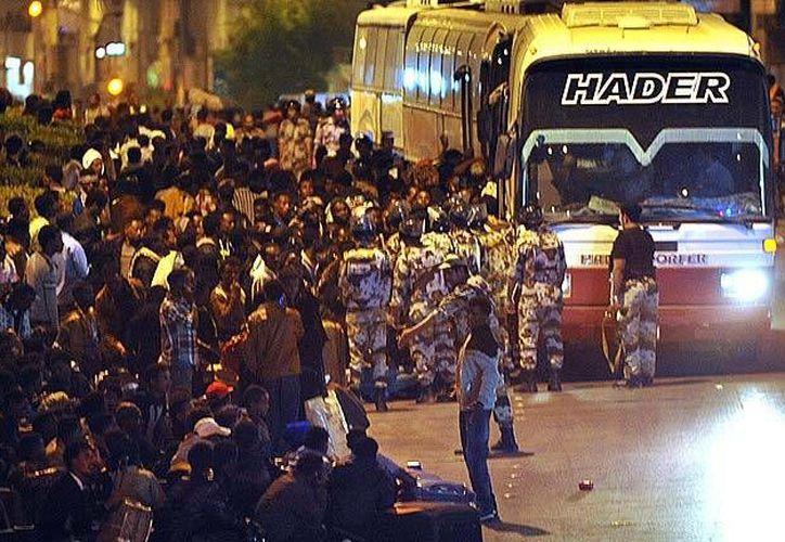 De acuerdo con televisión española, el gobierno de Arabia Saudí está deportando a decenas de miles de trabajadores extranjeros, en especial provenientes de África, como parte de una campaña contra la inmigración y la residencia irregular. (rtve.es)