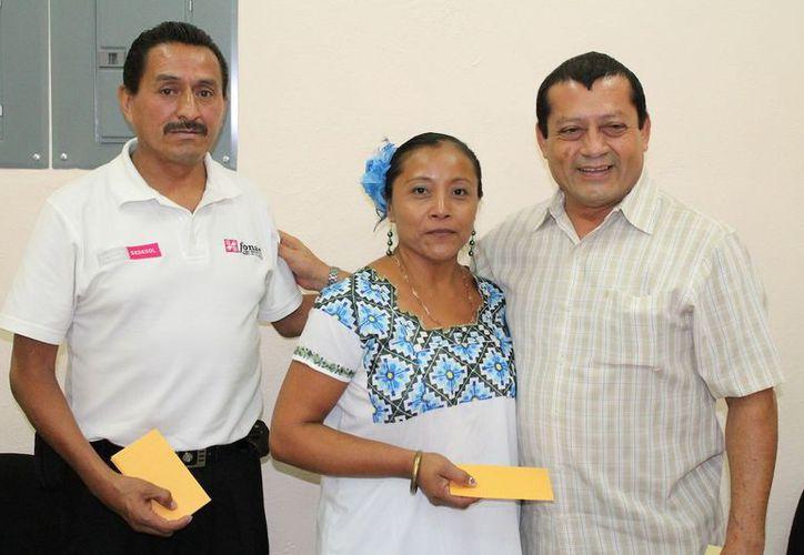 240 familias de cuatro municipios podrán seguir realizando artesanías con diversos materiales, gracias al apoyo del gobierno del Estado en coordinación con el Fonart. (Cortesía/SIPSE)