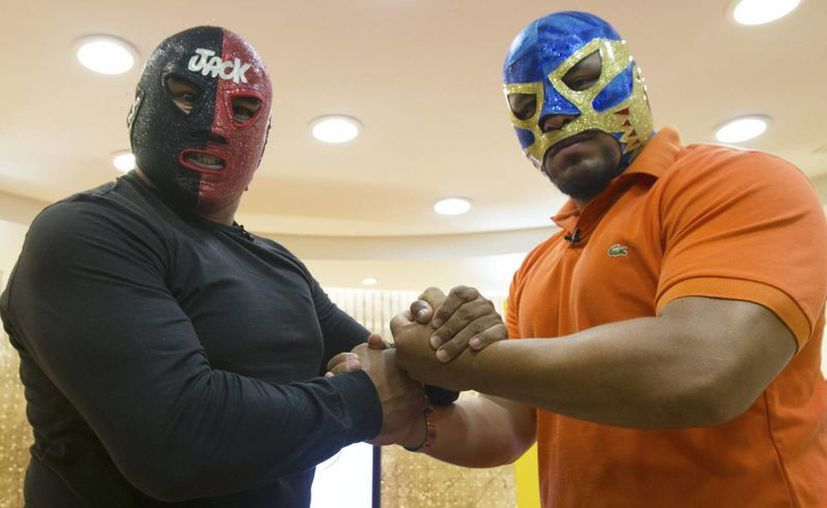 Canek Jr (d), quien aparece con Mr. Jack, formará parte del cartel de este fin de semana, de la Lucha Libre, donde habrá un concurso erótico de playeras mojadas y un show de circo. (Notimex)