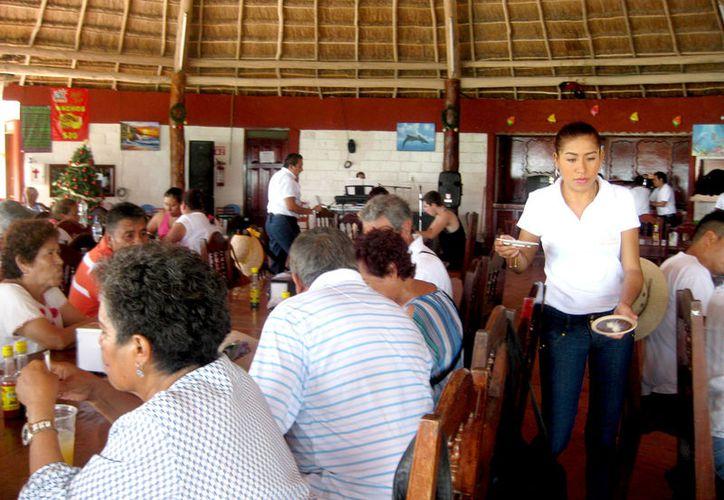 Meseros, recepcionistas, recamaristas, entre otros empleados de diferentes empresas, se mantienen a la expectativa de la prestación. (Foto: Javier Ortiz / SIPSE)