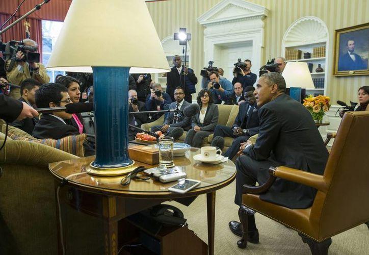 """El presidente de EU, Barack Obama, reunido con un grupo de """"Dreamers"""" en el Despacho Oval de la Casa Blanca, en Washington. Imagen de archivo del pasado 4 de febrero. (Agencias)"""