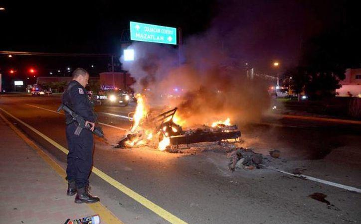 Los militares fueron atacados por integrantes de la delincuencia organizada en Culiacán, cuando trasladaban al hermano de 'El Chapo' en una ambulancia. (twitter.com/ElInformanteMX)