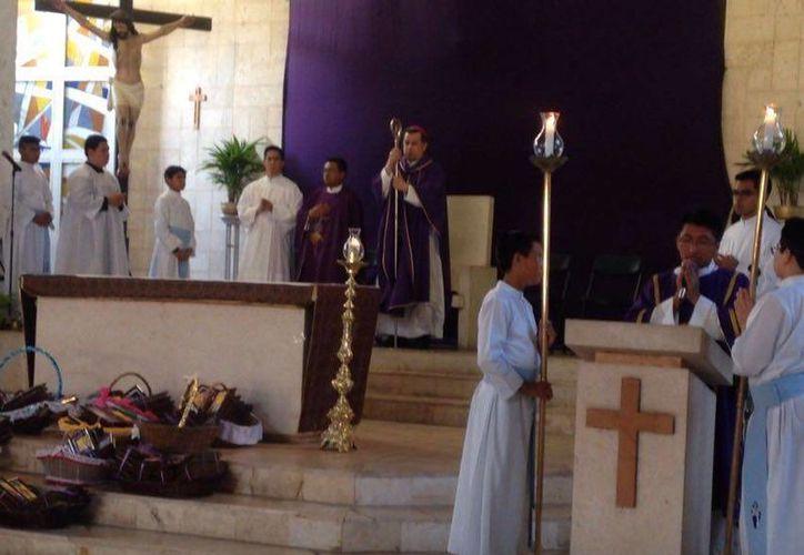 El Arzobispo Gustavo Rodríguez en Progreso, durante la misa de unción de enfermos. (Gerardo Keb/Milenio Novedades)