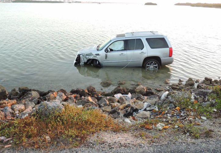 El conductor del vehículo terminó su loca carrera dentro de la ciénaga. (Milenio Novedades)