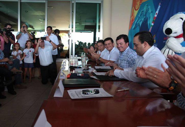 Durante la conferencia de prensa los directivos de As Deporte afirmaron que las condiciones de Cozumel son excepcionales para el triatlón. (Gustavo Villegas/SIPSE)