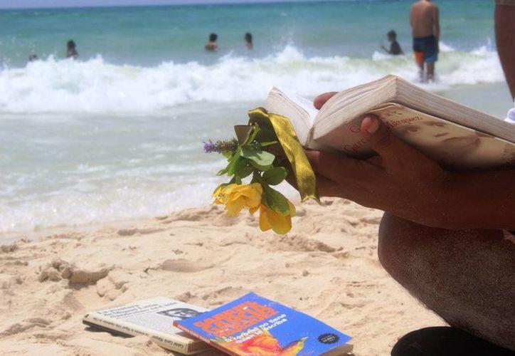 Un grupo de lectores rindió homenaje a Gabriel García Márquez ayer en la playa. (Octavio Martínez/SIPSE)