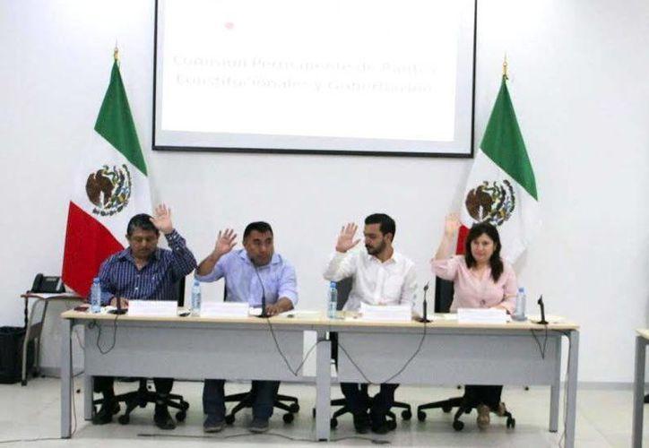 Los legisladores aprobaron ayer el dictamen y fue avalado por diputados del PRI y del PAN en la comisión de Puntos Constitucionales del Congreso del Estado. (Milenio Novedades)