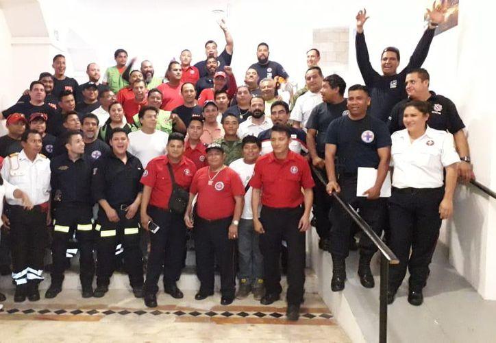 Bomberos de cuatro diferentes Estados de México participan en el curso Formación de Especialistas en Perros de Búsqueda y Rescate, que se imparte en Cancún. (Cortesía)
