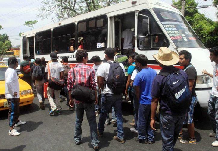 Normalistas de Oaxaca secuestraron dos autobuses de transporte público y con ellos se dirigieron a la carretera para recabar fondos. (Notimex/Foto de archivo)