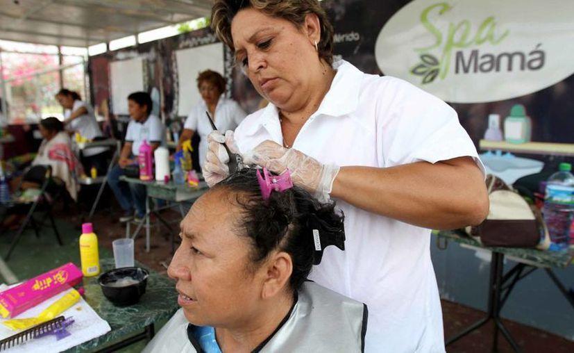 Alumnas de los centros de superación del Ayuntamiento de Mérida aplican sus conocimientos en el Spa Mamá. (Cortesía)