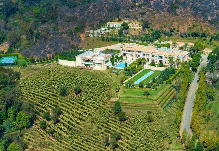 La residencia tiene un estilo de villa mediterránea y cuenta con una extensión de 101 mil 171 metros cuadrados.(coldwellbanker.com)