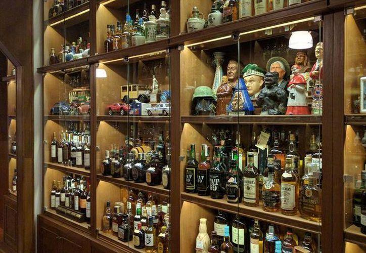 Imagen de la colección de whisky del argentino Miguel Ángel Reigosa en Buenos Aires, Argentina. (EFE)