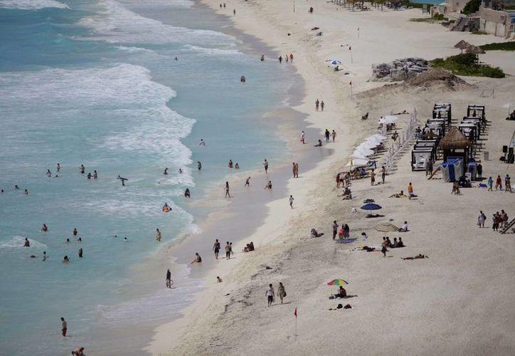 Playa Delfines obtuvo la certificación bandera azul por ser la más limpia de México. (Israel Leal/SIPSE)