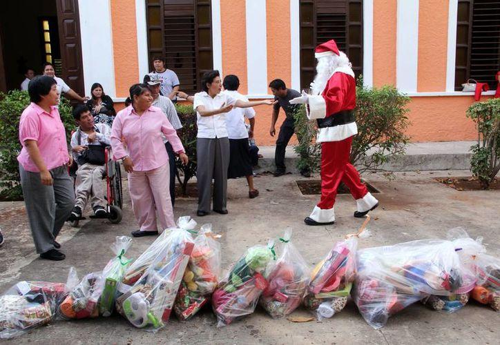 La llegada de Santa Claus generó la felicidad de los menores de Pastoral del Amor. (Milenio Novedades)