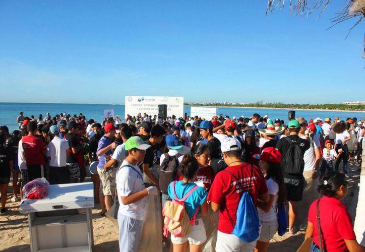 Más 5 mil personas acudieron a la costa para participar en la Limpieza Internacional de Costas y Cuerpos de Agua, en Playa del Carmen. (Daniel Pacheco/SIPSE)