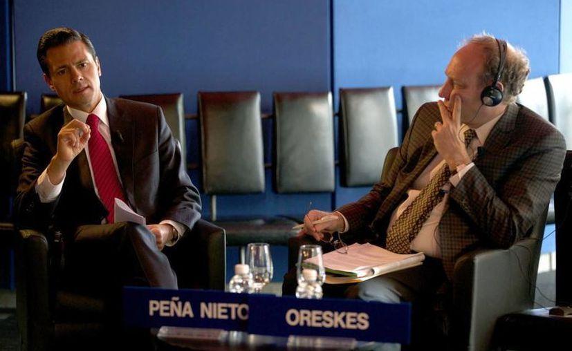 Peña Nieto durante su participación en un foro moderado por el vicepresidente de Associated Press, Michael Oreskes, en Davos. (presidencia.gob.mx)