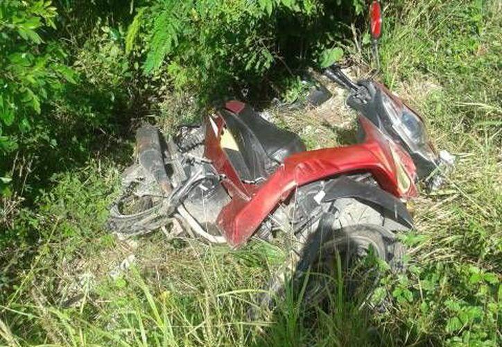 Deshecha quedó la moto tras el mortal impacto con una Nissan Rogue,  en la carretera Umán–Samahil, a unos 200 metros del entronque a la comisaría Chum. (Milenio Novedades)