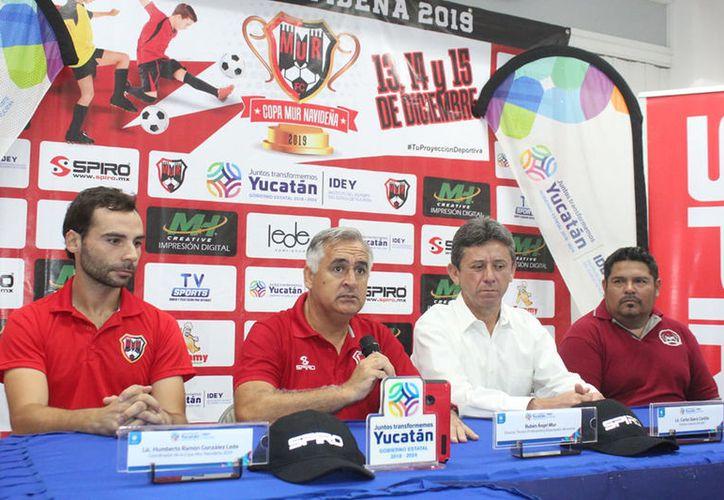 Organizadores y autoridades presentaron el evento que planea reunir a futbolistas del sureste del país. (Novedades Yucatán)