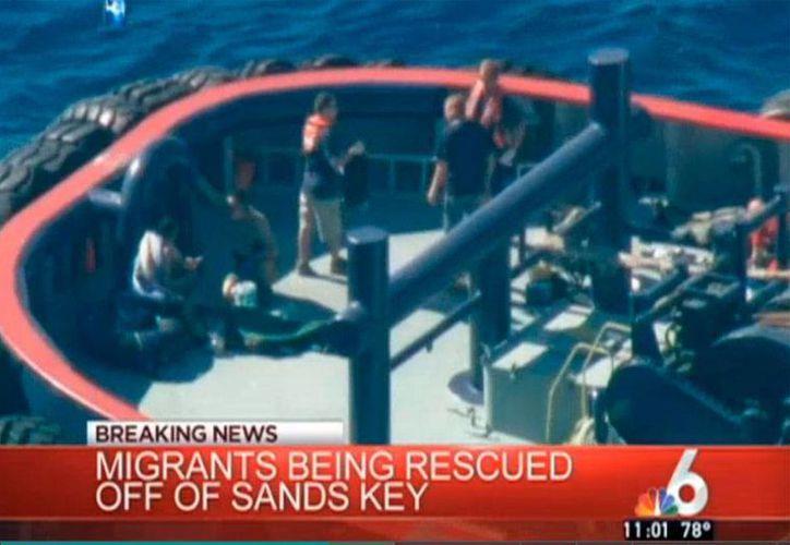 Captura de pantalla del video de la televisón local NBC 6, que muestra el momento del rescate de los inmigrantes. (http://www.nbcmiami.com)