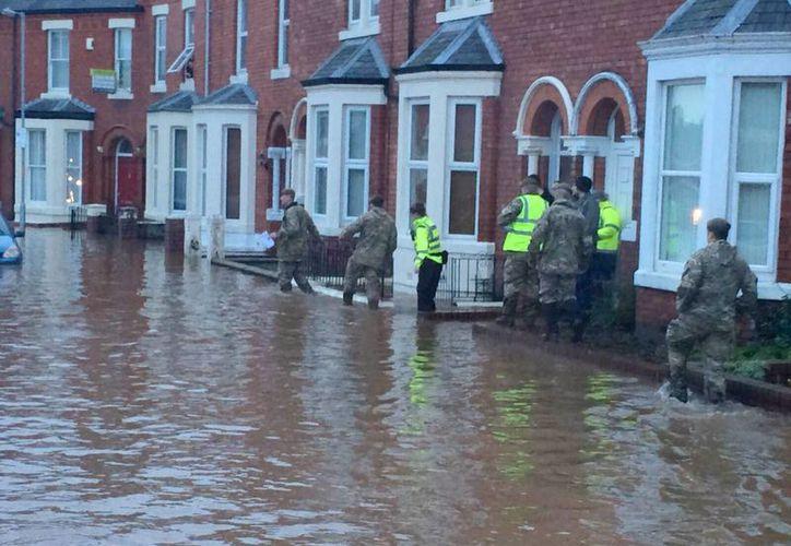 Fotografía facilitada por el Ministerio de Defensa británico (MOD) de soldados británicos en tareas de evacuación a los residentes en Carlisle, noroeste de Inglaterra. (EFE)