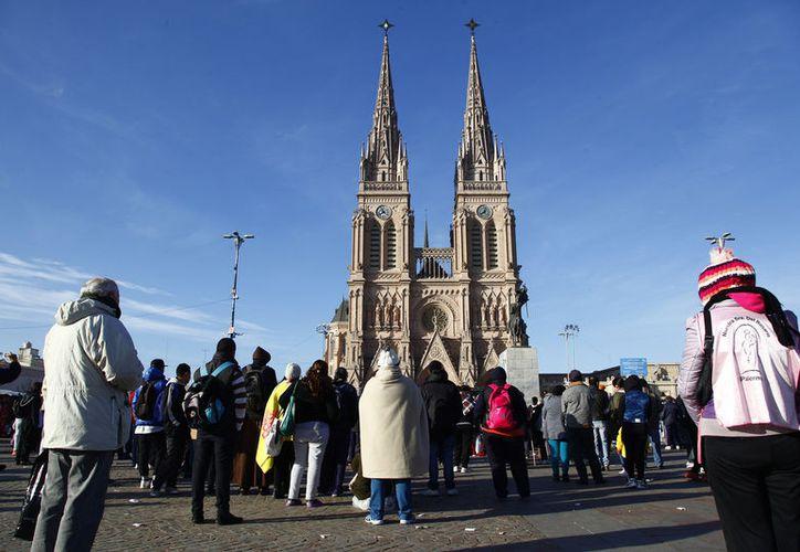 Las señoras querían lograr una imagen en la Basílica de Luján, pero ninguna de sus imágenes salió bien. (Foto: Contexto)