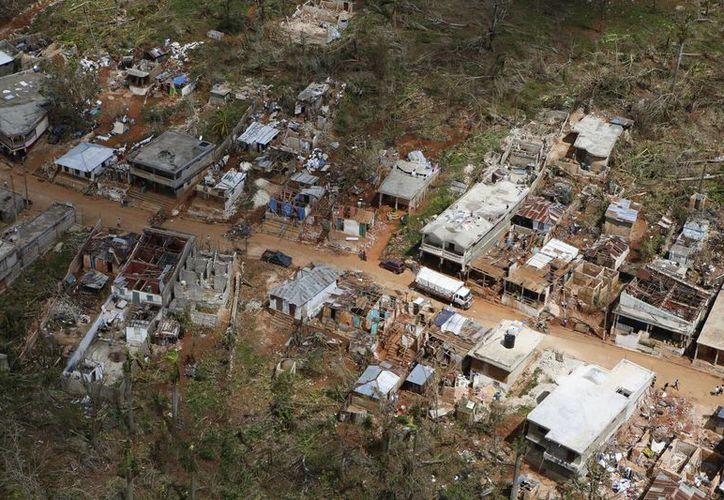 Casi un millón y medio de haitianos requiere asistencia humanitaria tras el paso del huracán Matthew. (AP/Rebecca Blackwell)
