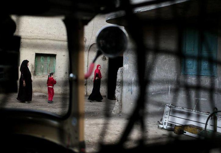 Familiares de la menos que falleció por el procedimiento realizado caminan por su casa en el pueblo de Dierb Biqtaris , en las afueras de la ciudad de Aga en Dakahliya, al noreste de el Cairo, Egipto. (Agencias)