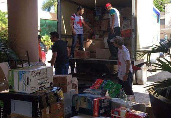 Los paquetes de ayuda fueron entregados a la Cruz Roja. (Foto: Milenio Novedades)