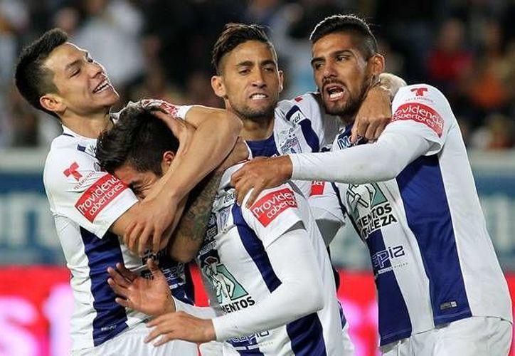 Rodolfo Pizarro (semioculto) recibe las felicitaciones de sus compañeros por anotar el gol que a la postre significó la victoria de Pachuca por 1-0 sobre Querétaro. (mexsport.com)
