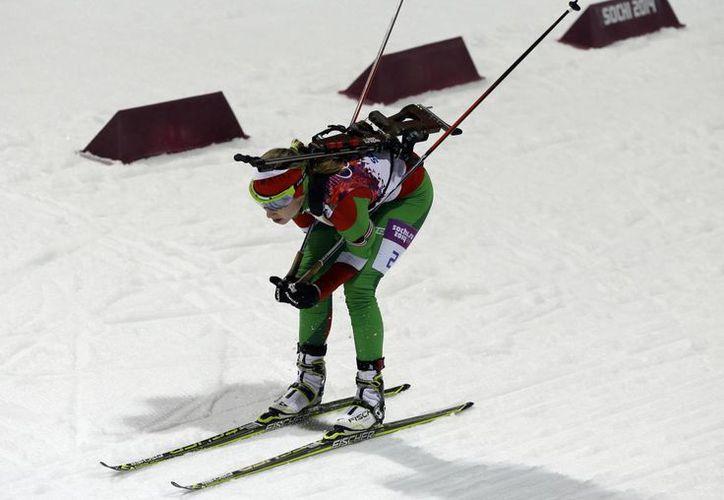 Domracheva (foto) superó a la checa Gabriela Soukalova (plata) y a la noruega Tiril Eckhoff (bronce) en el biatlón de Sochi. (Agencias)