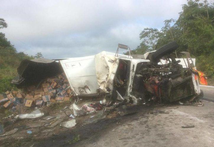 Por una falla mecánica, el conductor perdió el control y se volcó. (Foto: Redacción/ SIPSE)
