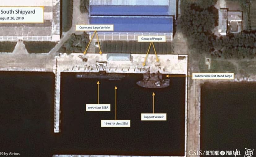 Un submarino clase Sinpo en el astillero, junto a un buque de apoyo (CSIS/Airbus)