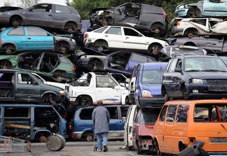 Como no siempre es posible localizar al dueño del vehículo, el destino final será la venta como desecho. Imagen de un grupo de autos chatarra. (anaseguros.com.mx)