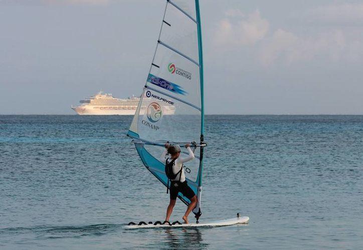 A las 06:56 am Demita Vega arrancó La Vuelta a la Isla, recorrido de 180 km por los litorales de Cozumel. (Gustavo Villegas/SIPSE)